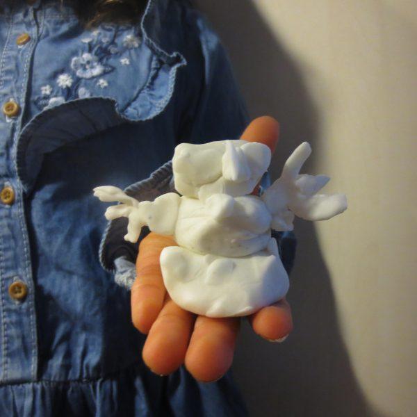Giraffenklas : sneeuwmannetjes boetseren met plasticine