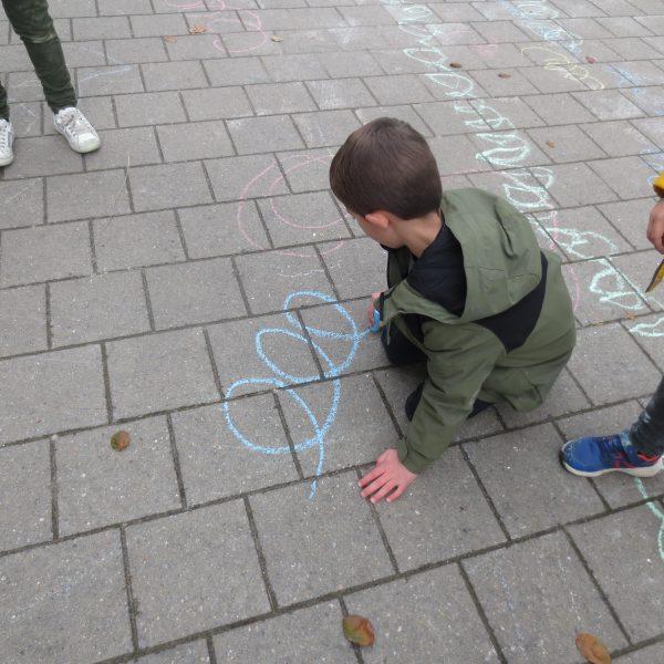 Zo leren we in de giraffenklas de krulletjes schrijven.
